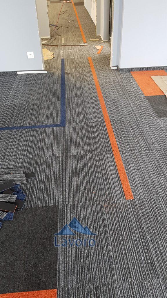 Na zdjęciach zobrazowaliśmy możliwości montażu wykładzin w płytkach dywanowych. Wydaje się że montaż taki pozwala na indywidualne kreowanie przestrzeni w naszym biurze. Montażyści jak widzimy na początku ułożyli wykładziny w jednym wzorze i kolorze na całej przestrzeni, a później położyli inne. montaż naszych wykładzin do biur, montaż wykładzin do firm, wykładziny do firm, wykładziny inwestycyjne