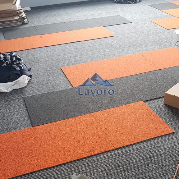 układanie wykładziny dywanowej flotex w płytkach