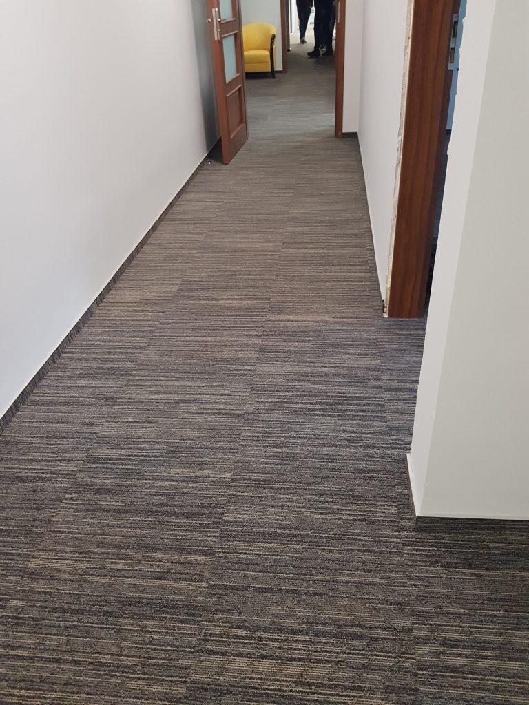 korytarz w płytkach 50 x 50